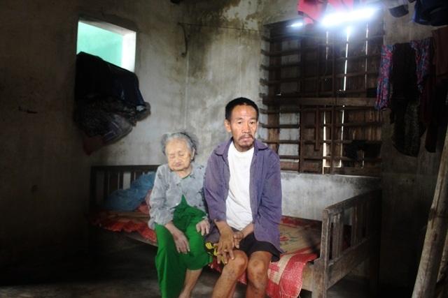 Thảm cảnh mẹ mù lòa 95 tuổi vẫn ngày ngày lo cho con trai mắc bệnh tâm thần - Ảnh 4