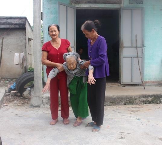 Thảm cảnh mẹ mù lòa 95 tuổi vẫn ngày ngày lo cho con trai mắc bệnh tâm thần - Ảnh 3