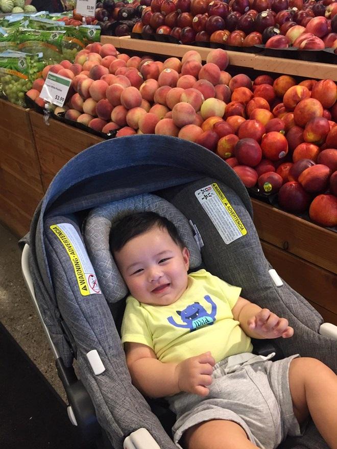 Quý tử nhà Đan Trường cười toe toét khi được đi siêu thị cùng mẹ khiến người hâm mộ thích thú - Ảnh 2