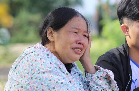 Người mẹ mỏi mòn khóc cạn đi dọc suối tìm con và cháu ngoại mất tích