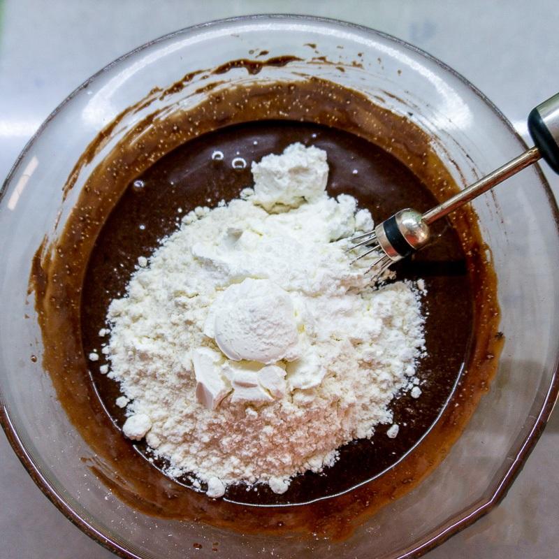 Công thức làm bánh cupcake chocolate mềm mịn ngon chưa từng thấy - Ảnh 4
