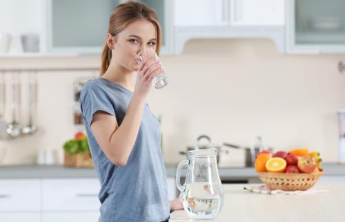 Cốc nước đầu tiên vào buổi sáng rất quan trọng, nhưng uống trước hay sau khi đánh răng lại quyết định hiệu quả rất khác biệt - Ảnh 1