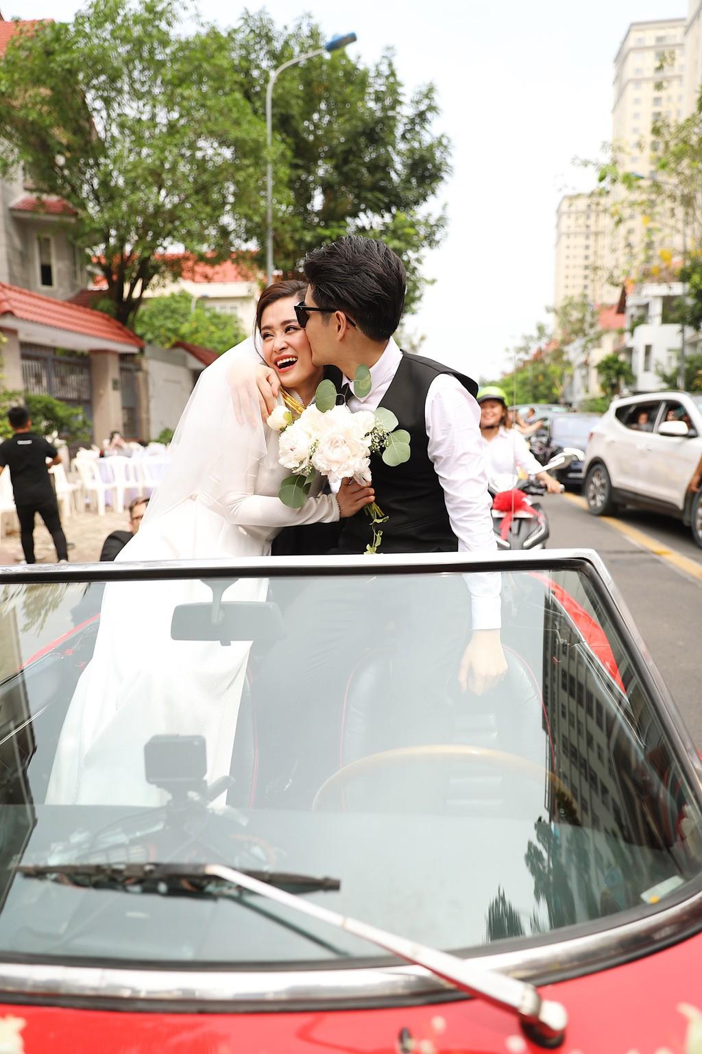 Toàn cảnh đám cưới thế kỷ Đông Nhi - Ông Cao Thắng: Cô dâu chú rể rạng rỡ, trao nhau nụ hôn thắm thiết - Ảnh 5