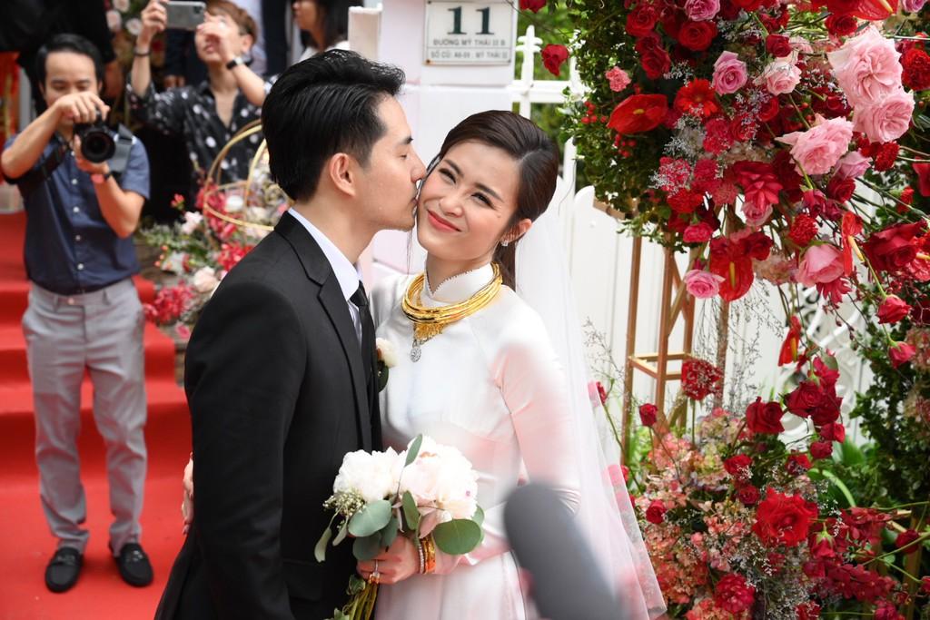 Toàn cảnh đám cưới thế kỷ Đông Nhi - Ông Cao Thắng: Cô dâu chú rể rạng rỡ, trao nhau nụ hôn thắm thiết - Ảnh 8