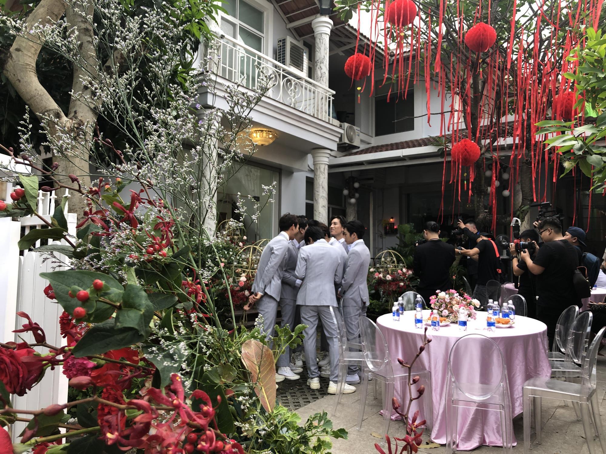 Đám cưới thế kỷ Đông Nhi - Ông Cao Thắng: Chú rể rạng rỡ lái xe rước dâu, dàn phù dâu phù rể đình đám - Ảnh 3