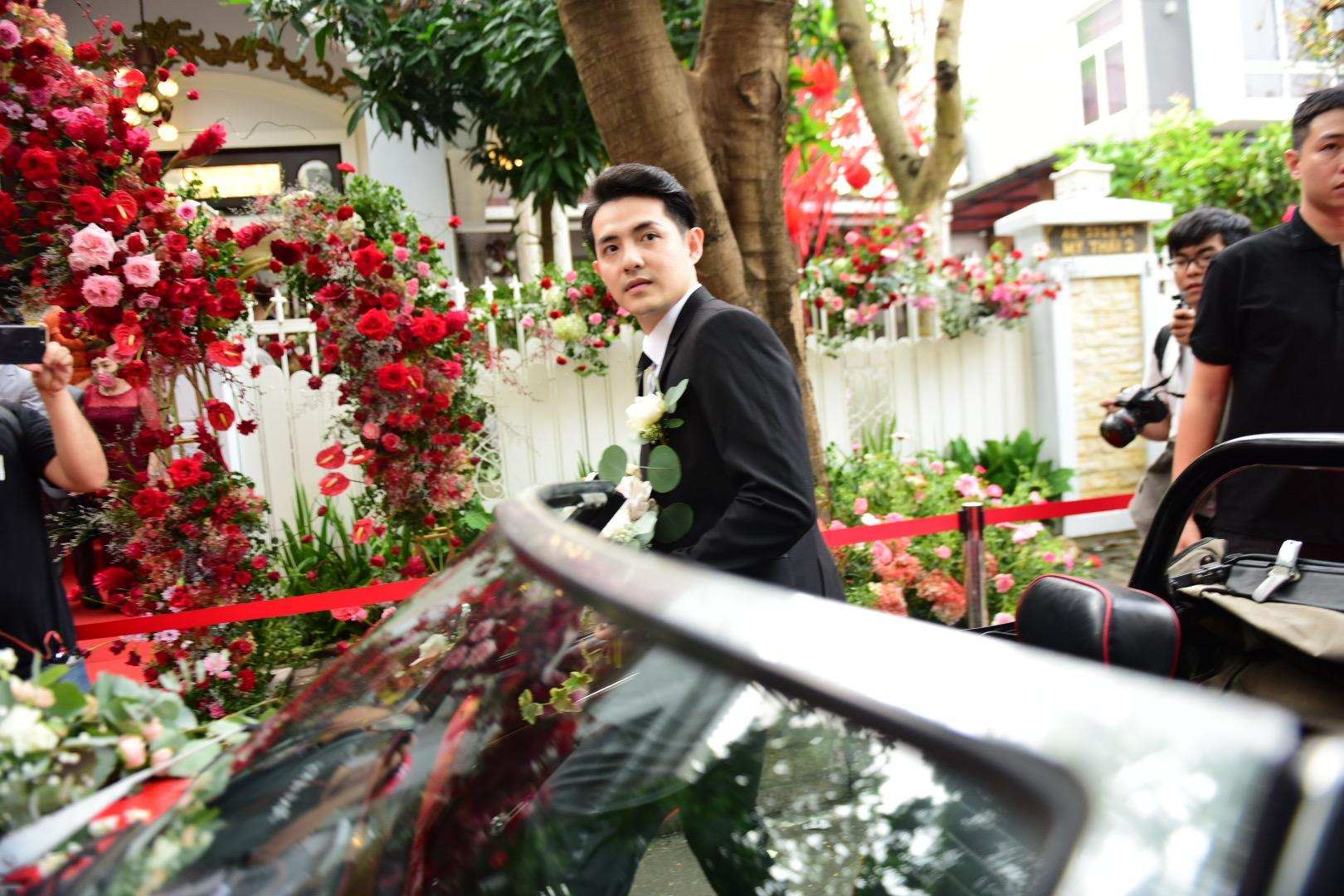 Đám cưới thế kỷ Đông Nhi - Ông Cao Thắng: Chú rể rạng rỡ lái xe rước dâu, dàn phù dâu phù rể đình đám - Ảnh 10