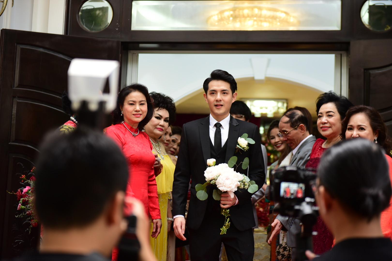 Đám cưới thế kỷ Đông Nhi - Ông Cao Thắng: Chú rể rạng rỡ lái xe rước dâu, dàn phù dâu phù rể đình đám - Ảnh 7