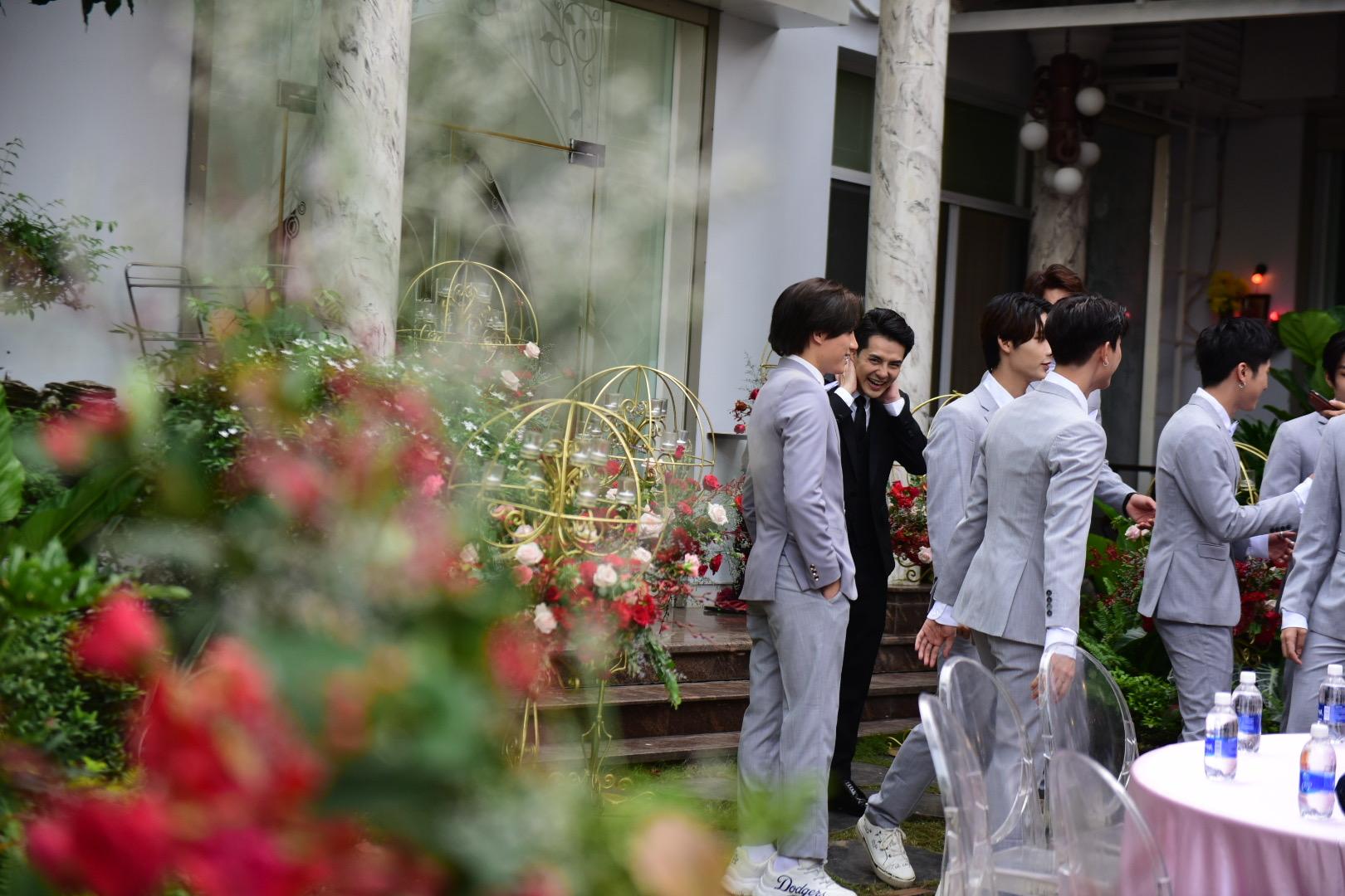Đám cưới thế kỷ Đông Nhi - Ông Cao Thắng: Chú rể rạng rỡ lái xe rước dâu, dàn phù dâu phù rể đình đám - Ảnh 2