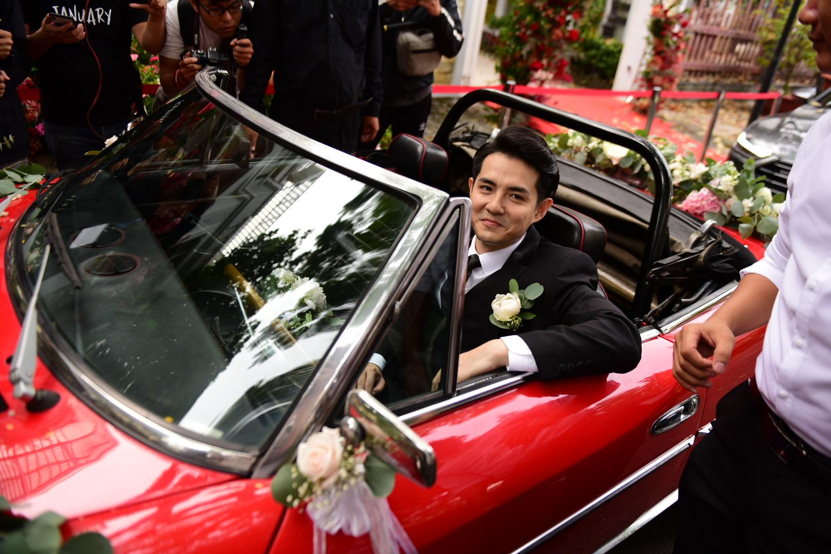 Đám cưới thế kỷ Đông Nhi - Ông Cao Thắng: Chú rể rạng rỡ lái xe rước dâu, dàn phù dâu phù rể đình đám - Ảnh 19