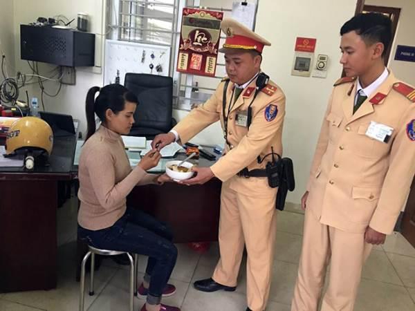 CSGT Hà Nội giúp cô gái tìm đường về với gia đình - Ảnh 2