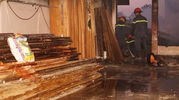 Cháy cơ sở sản xuất đồ gỗ mỹ nghệ ở Bình Dương - Ảnh 1