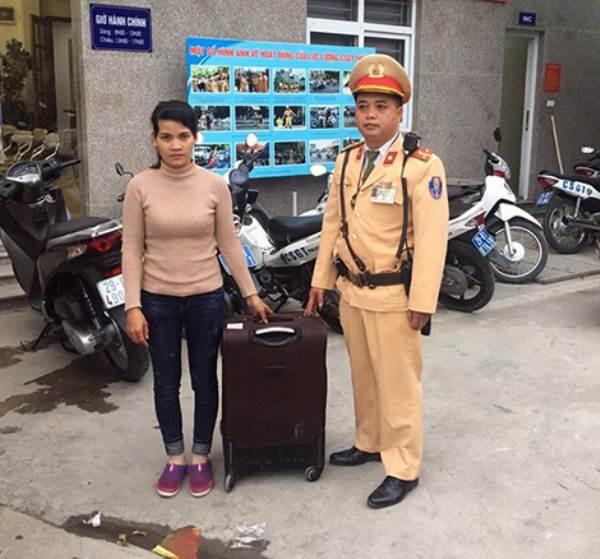 CSGT Hà Nội giúp cô gái tìm đường về với gia đình - Ảnh 1