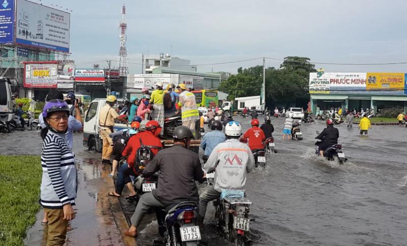 Hình ảnh ấm lòng ngày mưa: CSGT chở xe chết máy giúp người dân Sài Gòn thoát khỏi đường ngập sâu - Ảnh 2
