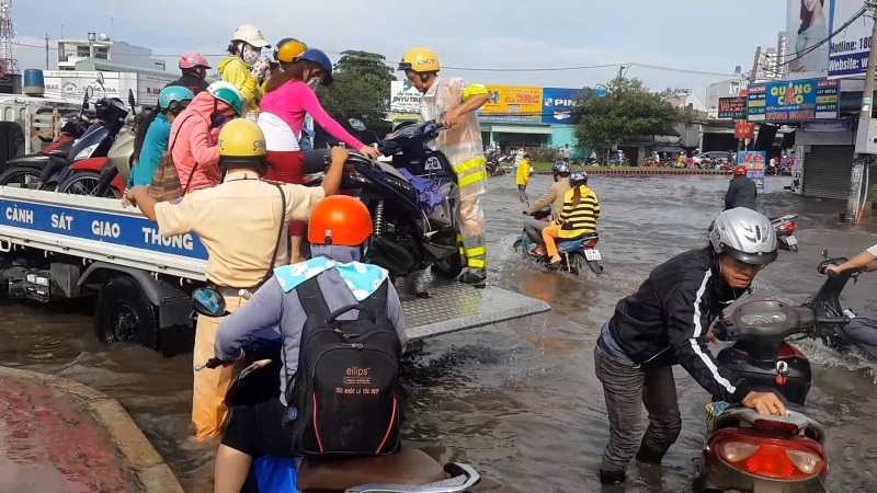 Hình ảnh ấm lòng ngày mưa: CSGT chở xe chết máy giúp người dân Sài Gòn thoát khỏi đường ngập sâu - Ảnh 3