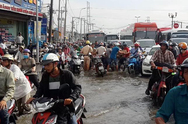 Hình ảnh ấm lòng ngày mưa: CSGT chở xe chết máy giúp người dân Sài Gòn thoát khỏi đường ngập sâu - Ảnh 1