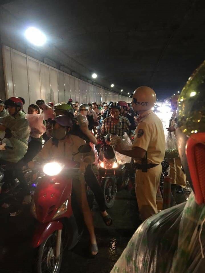 Cảm động hình ảnh CSGT phát áo mưa cho dân đêm trung thu tại HCM