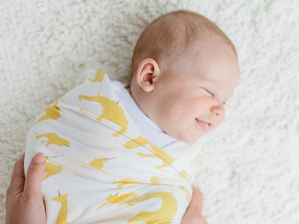 Quấn vải mỏng cho trẻ sơ sinh sẽ giúp bé ngủ ngon hơn