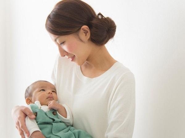 Cách tắm nắng cho trẻ sơ sinh giúp bé hấp thụ đủ Vitamin D - Ảnh 1
