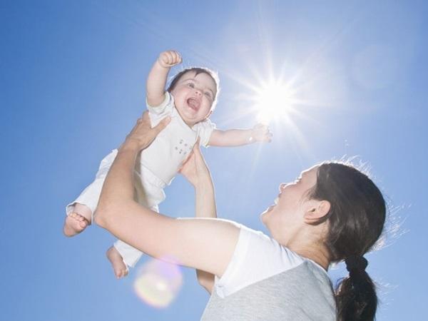 Cách tắm nắng cho trẻ sơ sinh giúp bé hấp thụ đủ Vitamin D - Ảnh 2
