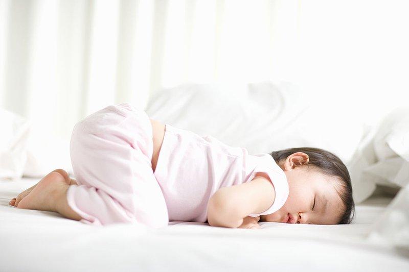 Cho trẻ nằm điều hòa thế nào để không bị nhiễm lạnh và viêm phổi? - Ảnh 1