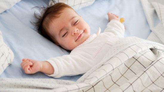 Cho trẻ nằm điều hòa thế nào để không bị nhiễm lạnh và viêm phổi? - Ảnh 2
