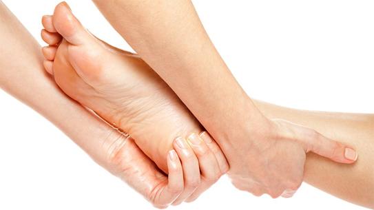 Xoa bóp cơ bắp là biện pháp đơn giản giúp bạn giảm đau khi bị chuột rút