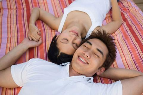 Hai lần vào khách sạn, bạn trai chỉ ôm tôi ngủ - Ảnh 1