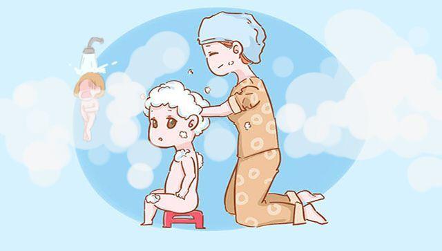 Khi con trai đã 4 tuổi, mẹ nên nhờ bố tắm cho trẻ và dạy trẻ cách tự tắm dần