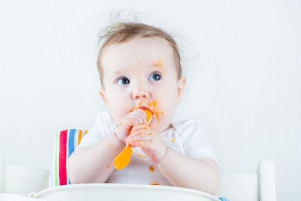 Mẹ nên bổ sung rau xanh và trái cây để tăng cường chất xơ thực vật cho trẻ