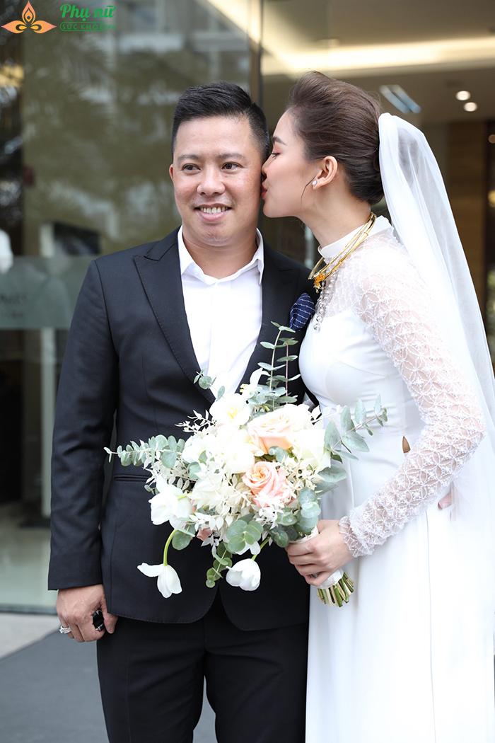 Giang Hồng Ngọc lần đầu khoe con trai, hôn chồng say đắm trong lễ ăn hỏi - Ảnh 13