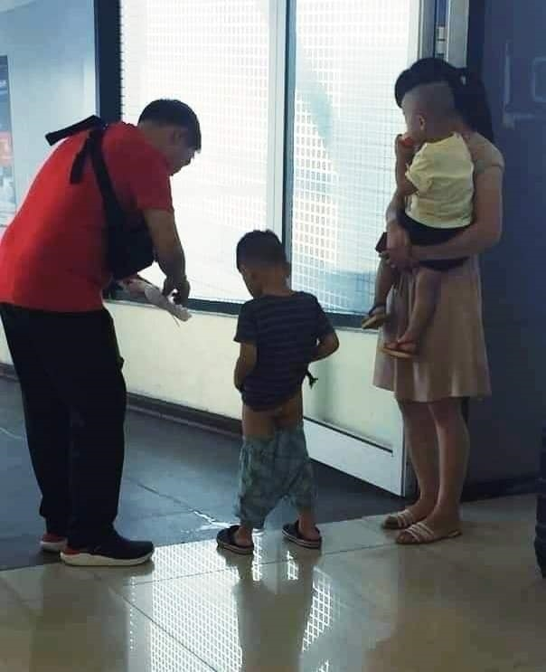 Những hành động chăm sóc con phản cảm gây tranh cãi - Ảnh 2