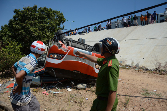 Xe khách lao vực, nhiều du khách Hàn Quốc bị thương - Ảnh 3