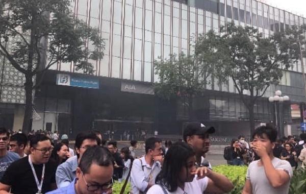 Khói bốc ở trung tâm thương mại Saigon Center, hàng trăm người tháo chạy - Ảnh 2