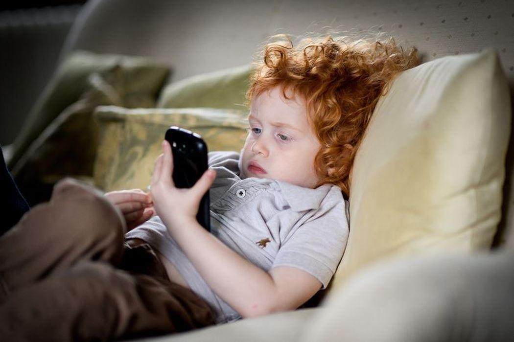 Trẻ xem điện thoại nhiều vô cùng nguy hại - Ảnh 1