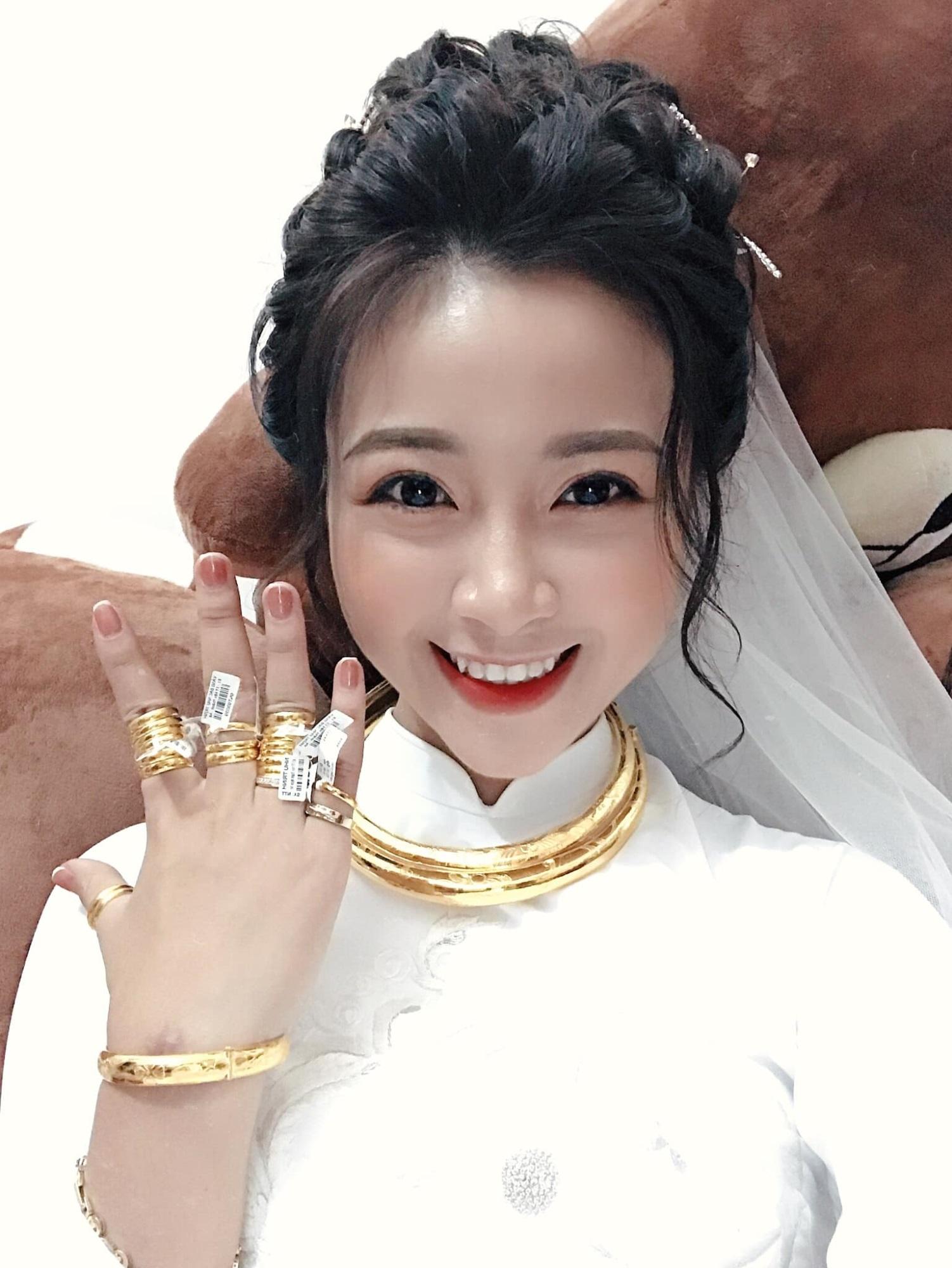 Đám cưới cầu thủ Phan Văn Đức: Vợ hot girl chẳng có gì ngoài vàng đeo khắp người - Ảnh 1