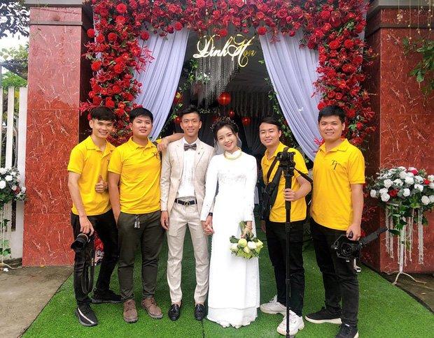 Đám cưới cầu thủ Phan Văn Đức: Vợ hot girl chẳng có gì ngoài vàng đeo khắp người - Ảnh 4