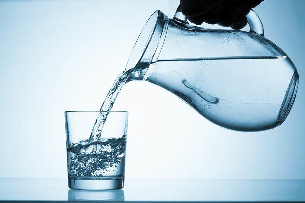 Uống quá nhiều nước có thể dẫn tới nhiễm độc nước, tử vong - vậy làm sao để biết mình có đang uống nhiều nước hay không? - Ảnh 1
