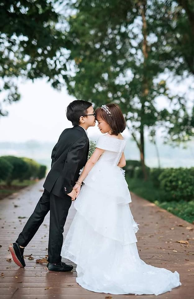 """""""Cặp đôi bé nhất Việt Nam"""" tổ chức đám cưới khiến cả làng kéo nhau tới xem - Ảnh 1"""