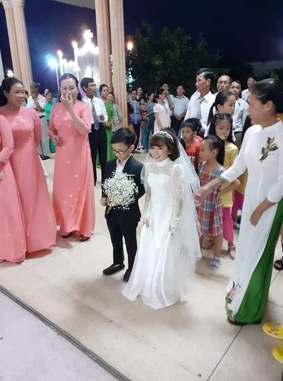 """""""Cặp đôi bé nhất Việt Nam"""" tổ chức đám cưới khiến cả làng kéo nhau tới xem - Ảnh 7"""