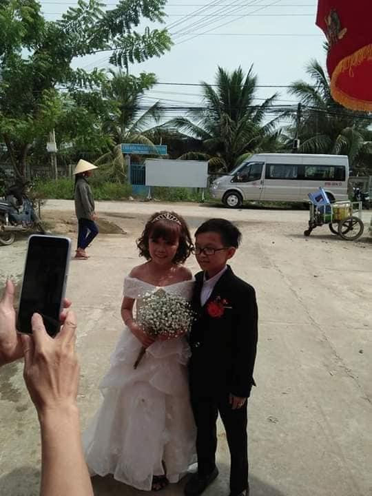 """""""Cặp đôi bé nhất Việt Nam"""" tổ chức đám cưới khiến cả làng kéo nhau tới xem - Ảnh 9"""