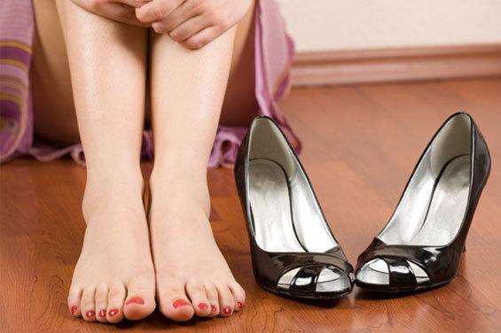 Thường xuyên mang giày cao gót sẽ gây nhiều tác hại đến sức khỏe phụ nữ, giảm hưng phấn khi quan hệ