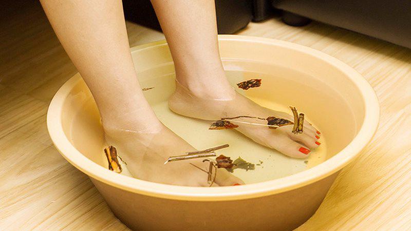 Ngâm chân nước muối, nước gừng hoặc thảo dược để làm dịu và giải tỏa căng thẳng