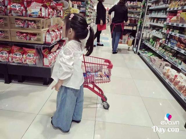 Con bóc đồ trong siêu thị ra ăn, mẹ nói 1 câu khiến nhân viên thán phục - Ảnh 1