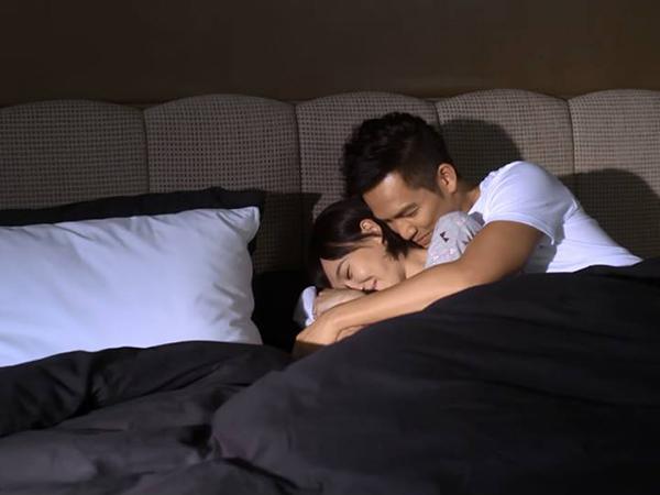 Đêm tái hôn, ngồi ngắm chồng mới và con trai riêng ôm nhau ngủ lăn lóc trên giường khiến mẹ đơn thân bật khóc - Ảnh 2