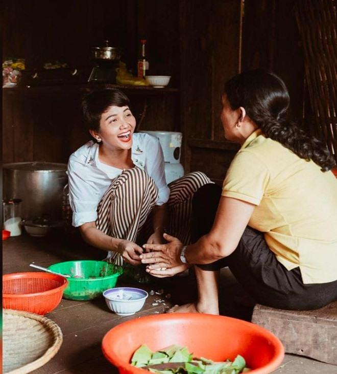 Hình ảnh H'Hen Niê giản dị nấu nướng cùng mẹ, rửa bát cùng những người trong gia đình cũng từng nhận được nhiều lời khen ngợi