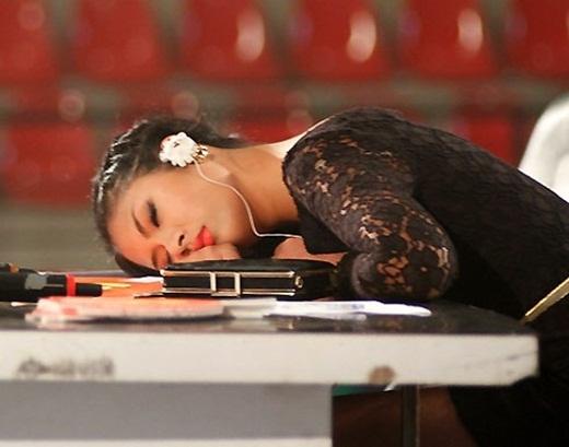 Ngọc Hân ngủ khi đi chấm thi sắc đẹp