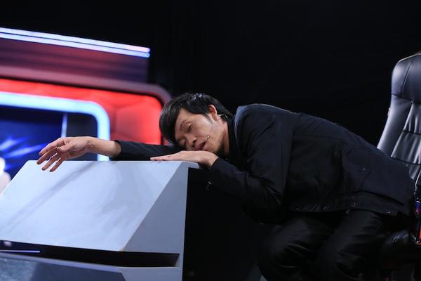 Hoài Linh tranh thủ nằm dài trên bàn và chợp mắt trong giờ nghỉ giải lao khi ghi hình chương trình 'Người bí ẩn'. Hình ảnh danh hài ngủ mọi lúc mọi nơi, trong mọi tư thế ở hậu trường đã trở nên quen thuộc với người hâm mộ.