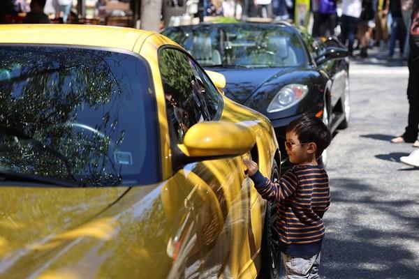 Cậu bé đam mê siêu xe gióng bố mẹ