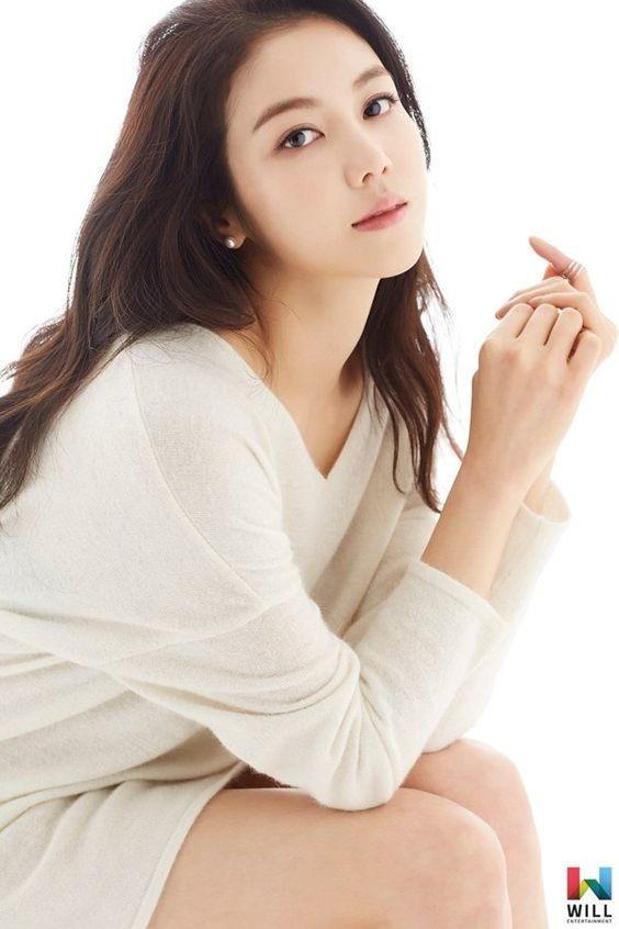 Theo nguồn tin râm ran trên Weibo và một số trang thông tin truyền thông, Song Joong Ki đã bị phát hiện hẹn hò với Kim Ok Bin - bạn diễn của anh trong phim Arthdal Chronicles