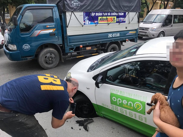 Chiếc taxi bị lún bánh, tài xế và khách thi nhau chụp hình - Ảnh 3